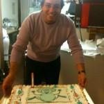Yasser porta a tavola la torta di compleanno
